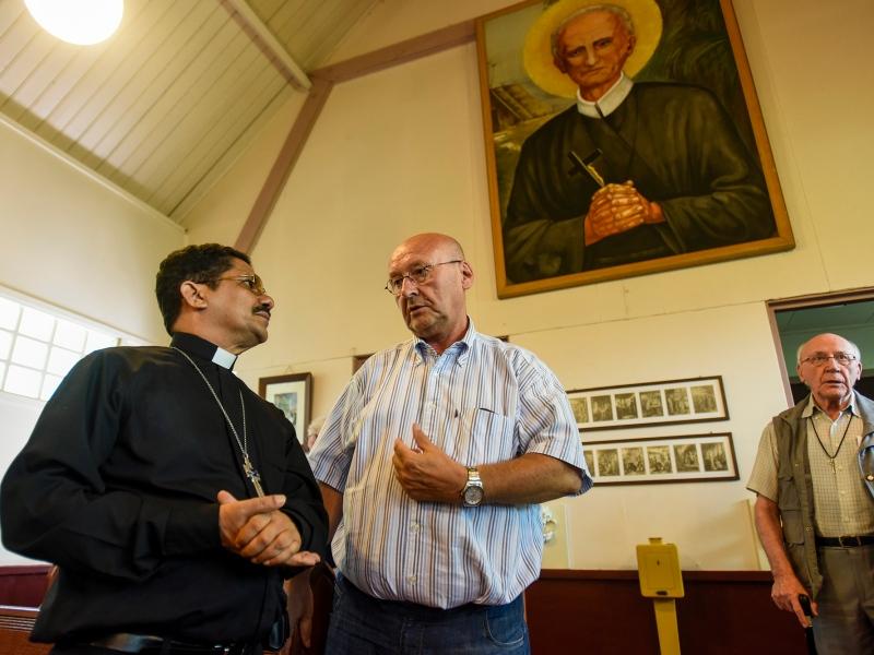 Bisschop Choennie en Denis Hendrickx in de Peerke Donders Kapel